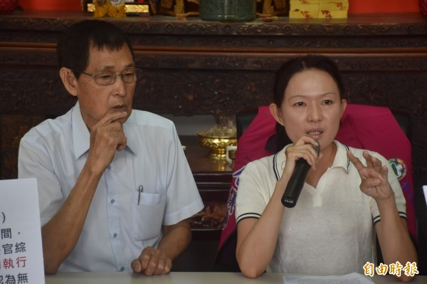 唐儀靜(右)在父親唐瑞明(左)陪同下召開記者會。(記者邱灝唐攝)