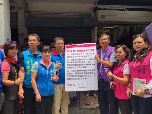 高思博(左四)表示,他不能接受直接修改民法。(高思博辦公室提供)