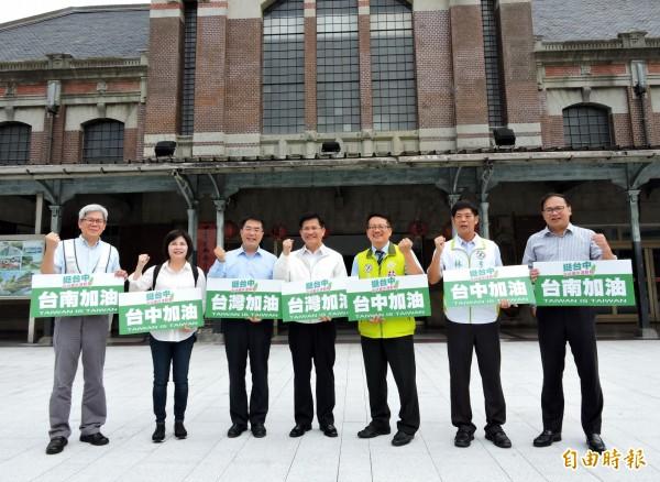 台南市長參選人黃偉哲(左3)參訪台中建設,並力挺台中市長林佳龍(左4)爭回東亞青運主辦權。(記者張菁雅攝)