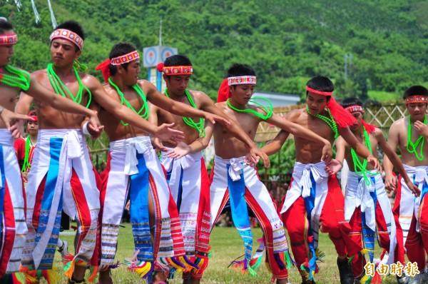 馬太鞍部落豐年祭停辦迎靈祭祖將近40年,只剩傳統歌舞、傳統技能比賽,還愈來愈觀光化,這一代40歲左右的青年階層已經覺醒,希望恢復舉辦豐年祭的祭祖活動,以免下一代忘記真正的傳統祭儀。(記者花孟璟攝)
