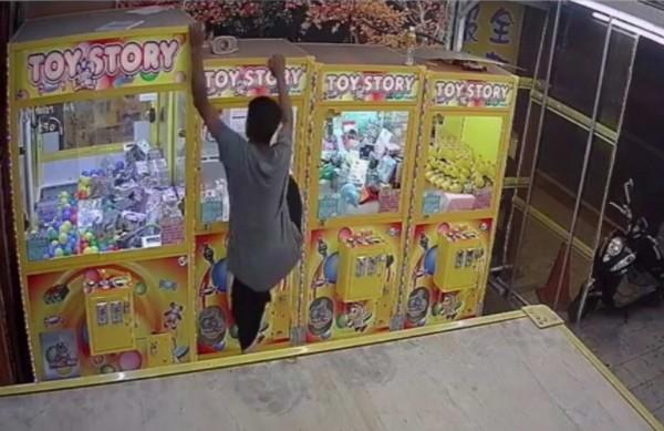 1名男子爬上夾娃娃機台,竟只為偷走市價250元的雙孔插座。(翻攝自臉書我愛鹿港小鎮)