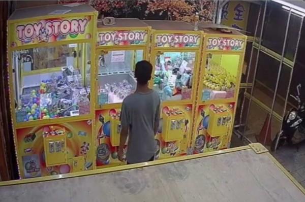 1名男子走進夾娃娃機店台,左顧右盼後開始行竊。(翻攝自臉書我愛鹿港小鎮)