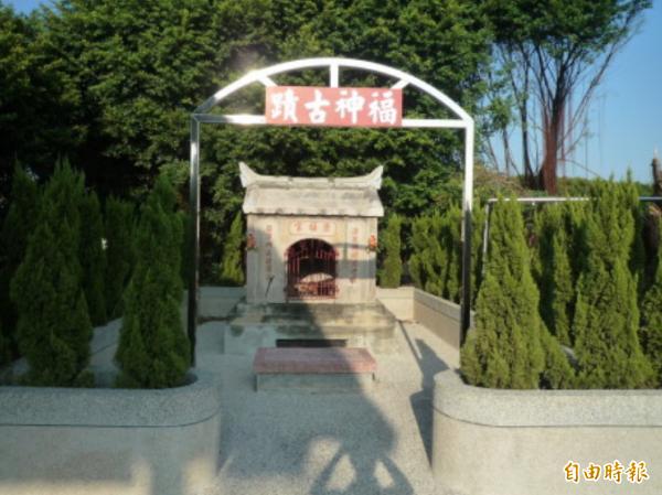 清福宮石板廟被安置在公墓的畫面。(記者顏宏駿攝)