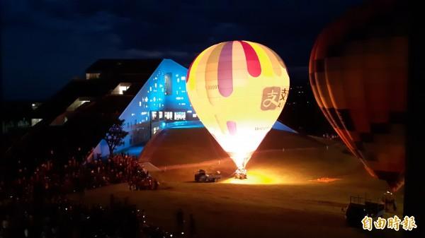 台東大學熱氣球光雕,點亮金字塔圖資館。(記者黃明堂攝)