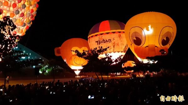 台東大學熱氣球光雕秀。(記者黃明堂攝)