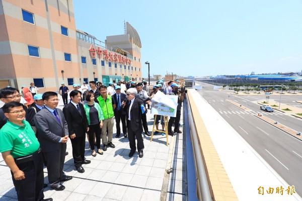 行政院長賴清德(左三)到台中港旅客服務中心聽取台中港務分公司總經理鍾英鳳(右)簡報。(記者歐素美攝)