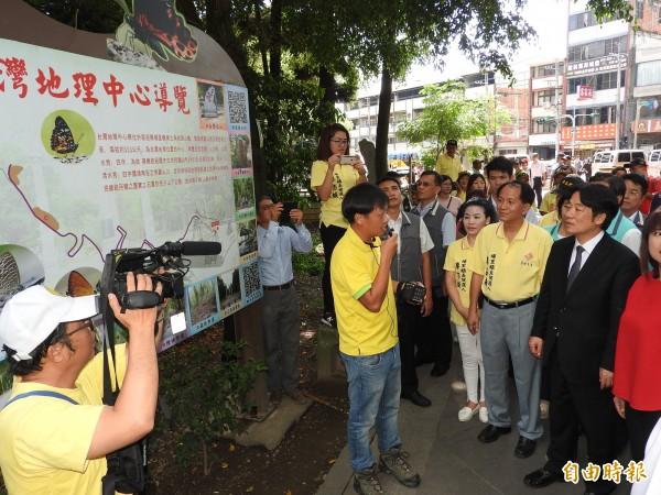 行政院長賴清德(右)視察埔里地理中心碑,聽取在地導覽解說員的介紹。(記者佟振國攝)