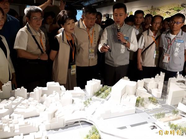 「新竹300博覽會」今天劃下句點,台北市長柯文哲(左三)夫婦也趕在最後一天參觀,新竹市長林智堅(右三)親自導覽。(記者洪美秀攝)