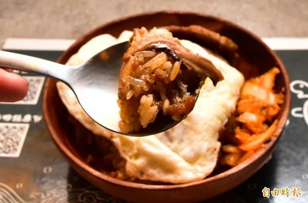 以香菇、蝦米、肉等多種食材拌炒的油飯,是傳承自老一輩的手藝,口感蓬鬆不油膩,是店裡的招牌。(記者張議晨攝)