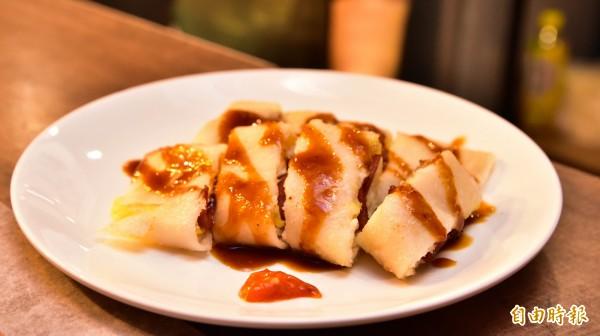 手工蛋餅皮不像早餐店的酥皮口感,古早口味反而多了Q彈軟嫩,是店裡的人氣餐點。(記者張議晨攝)
