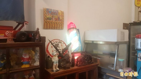 「MR.鬍鬚冰菓室」展示理髮廳燈箱等收藏。(記者丁偉杰攝)
