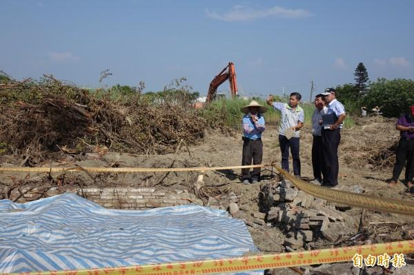 彰化縣文化局長陳文彬(圖左二)到鹿港第一公墓,了解挖出清代墓碑的情況。(記者劉曉欣攝)