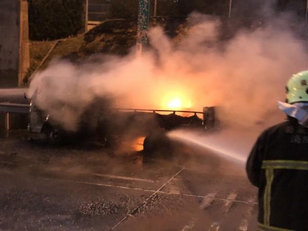 小貨車車上載有600公升柴油,使得火勢更加猛烈。(記者鄭名翔翻攝)
