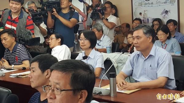 吳音寧在議員們的連番砲轟下,遭趕出議會。(記者楊心慧攝)
