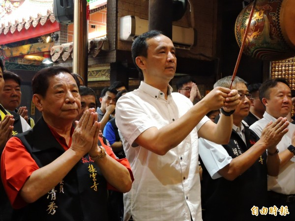 新北市長朱立倫前往板橋接雲寺參拜祈福。(記者賴筱桐攝)