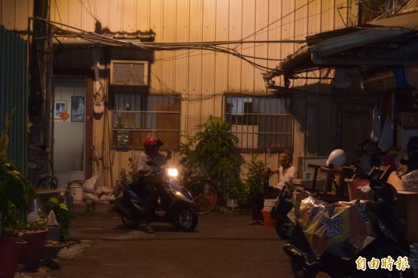 公娼熄燈後,居民七嘴八舌談著當年阿兵哥蜂擁而入的盛況。(記者張瑞楨攝)