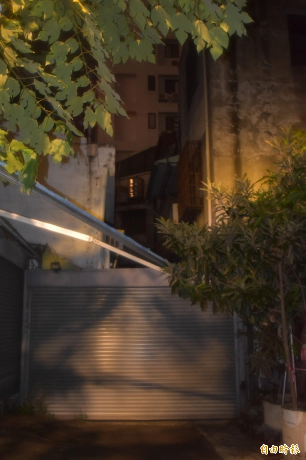 俗稱「國際巷」的中市東區風化區,最後一家妓女戶熄燈,整條巷子用鐵捲門封閉。(記者張瑞楨攝)
