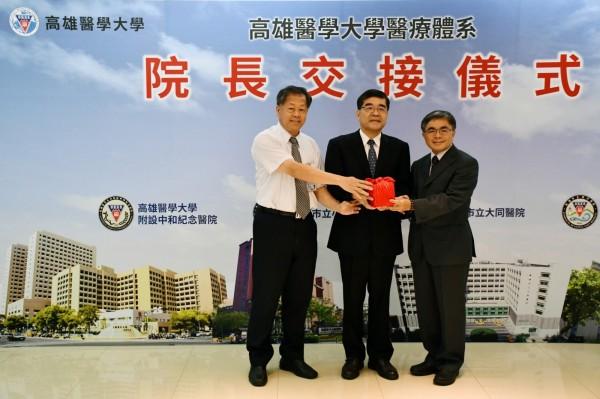 原大同醫院院長吳文正(左)將印信交給新任代理院長陳彥旭(右)。(高醫提供)