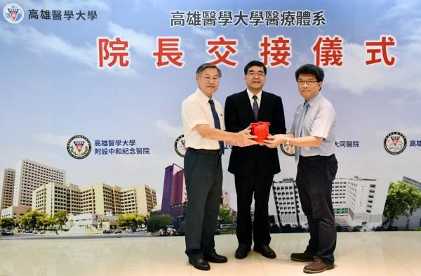 原旗津醫院院長張哲銘(左)將印信交給新任代理院長蔡忠榮(右)。(高醫提供)