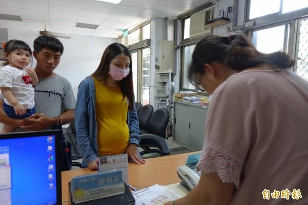 鹿港衛生所今天就出現婦幼停車場識別證申辦人潮,孕婦媽媽帶著女娃一起來申辦。(記者劉曉欣攝)