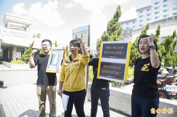 林易瑩(左二)批評市府都在睡。(記者邱灝唐攝)