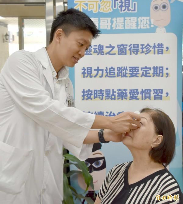 彰基眼科部主治醫師呂威揚示範正確的點眼藥水姿勢。(記者湯世名攝)