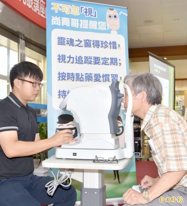 彰基眼科檢驗師為民眾檢測眼壓。(記者湯世名攝)
