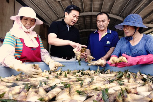 2年前竹筍使用劇毒農藥的不實影片再度於網路流傳,立委王定宇(左2)出面澄清,遏止謠言散播。(記者吳俊鋒翻攝)