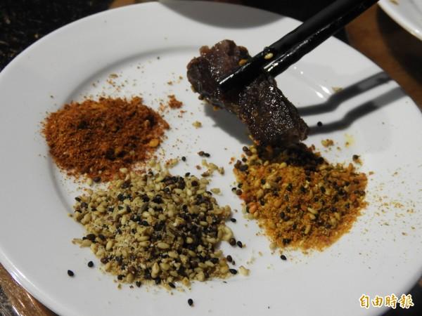 多樣式調味料,為燒烤食物加分。(記者洪瑞琴攝)