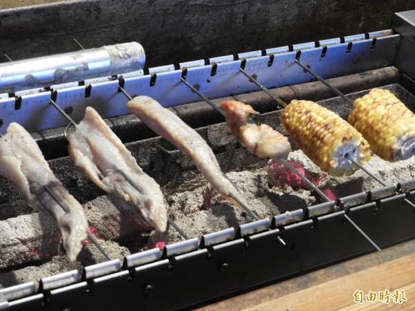 自動旋轉燒烤台,燒烤不費力氣,客人享美食,「懶」得有理。(記者洪瑞琴攝)
