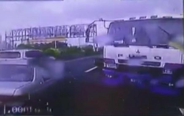 1輛油罐車從國道3號銜接國道1號時,突然失控「「折甘蔗」,後方車輛紛紛緊急煞車。(翻攝臉書聯結車 大貨車 大客車 拉拉隊 運輸業 照片影片資訊分享團)