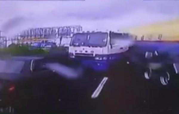 1輛油罐車從國道3號銜接國道1號時,突然失控「「折甘蔗」,後方1輛轎車急煞車,只差50公分就撞上。(翻攝臉書聯結車 大貨車 大客車 拉拉隊 運輸業 照片影片資訊分享團)