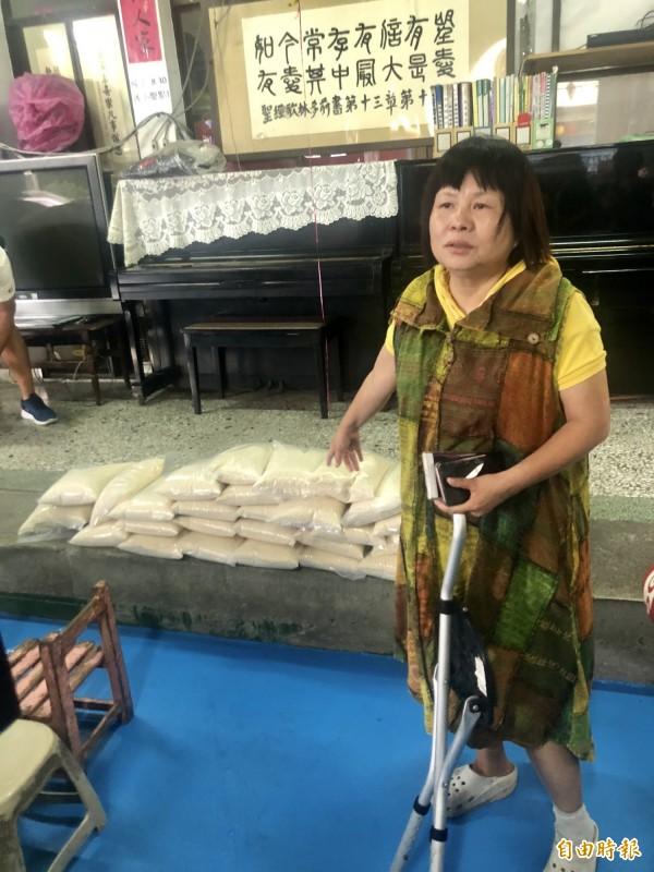 今天還有人捐白米到羅騰園,蔣月惠準備發給社區弱勢人士。(記者羅欣貞攝)
