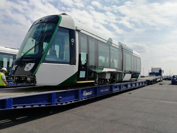 高雄輕軌二階列車,已出廠準備運往台灣。(圖由高雄市捷運局提供)