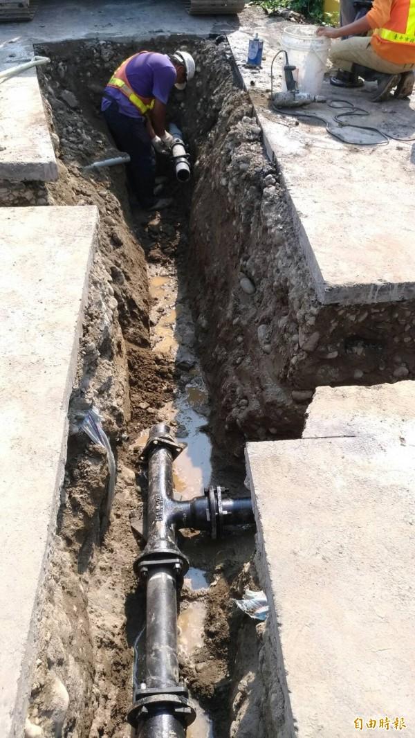 提高烏日自來水普及率,已展開螺潭里巷道的自來水延管工程,年底前還會辦理3處。(記者蘇金鳳攝)