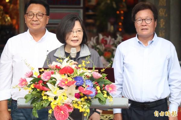 總統蔡英文(中)致詞;左為立委陳歐珀,右為宜蘭縣代理縣長陳金德。(記者林敬倫攝)