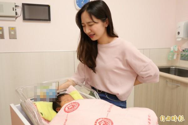 部分產婦生產後出現腰酸背痛的情形,懷疑是臨盆前打減痛分娩麻醉針造成。示意圖。(記者陳建志攝)