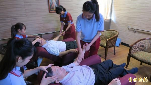日照中心芳香治療室,由合作的敏惠護專學校美容系的學生在此幫長者進行芳香療法。(記者張聰秋攝)