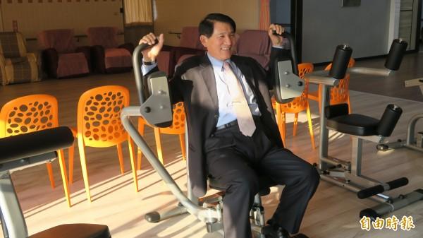 日照中心體適能健身機組開放社區長者體驗,彰化副縣長陳善報到訪中心也趁機體驗。(記者張聰秋攝)