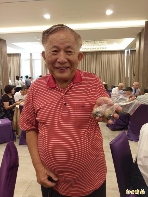 83歲紀展南煮茶葉蛋很有一套。(記者王善嬿攝)
