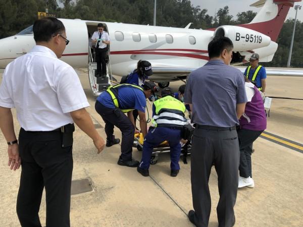 金門林姓警官晨泳溺水,立即由醫療專機後送台灣救治。(金門警方提供)