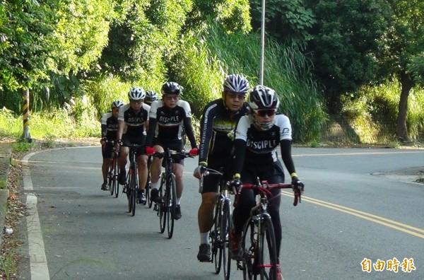 上百車友今天自發性的串聯,騎16公里到倪生遭撞死地點獻花致哀。(記者湯世名攝)