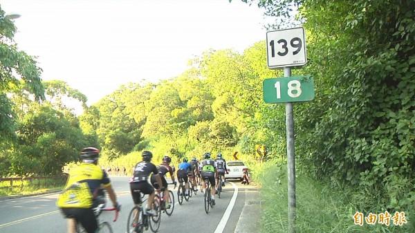 上百車友今天自發性的串聯,在139線騎16公里到倪生遭撞死地點獻花致哀。(記者湯世名攝)
