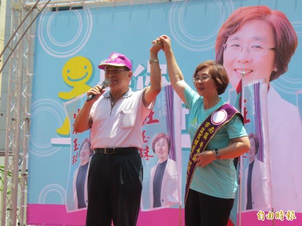 蘇煥智(左)出席無黨籍市議員莊玉珠(右)的競選總部成立大會,為莊被民進黨開除黨籍抱不平。(記者蔡文居攝)