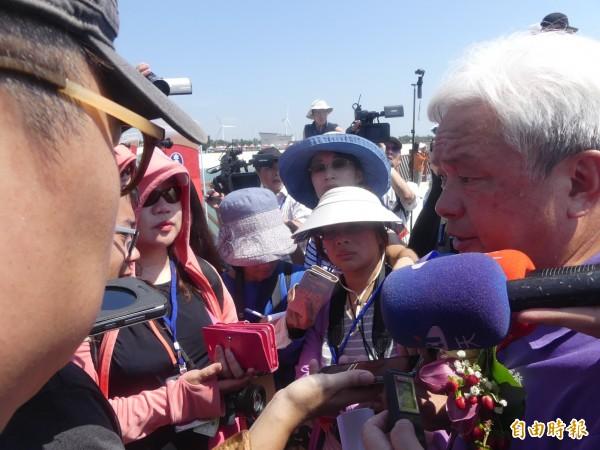 民進黨金門縣議員陳滄江(右一)受訪指出,中央全力支持,樂見通水成功。(記者吳正庭攝)