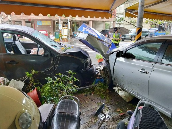 廂型車失控衝撞騎樓停放小客車,車頭受損嚴重。(記者張勳騰翻攝)