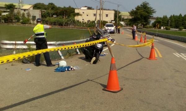 苗47線苑裡鎮社柑3路,發生兩輛機車碰撞事故,釀成1死1傷,警方到場了解車禍發生原因。(記者張勳騰翻攝)