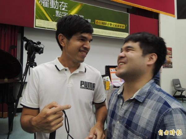 黃裕翔(右)時常展現笑容。(記者黃旭磊攝)