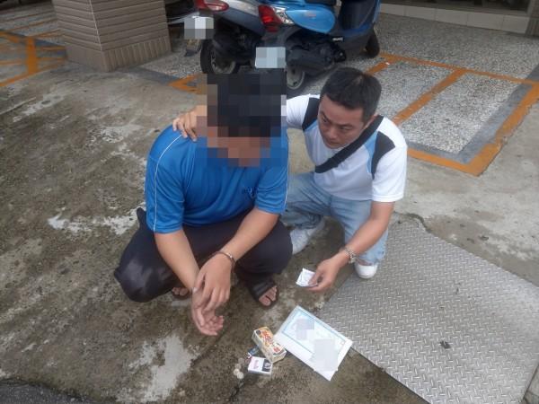 警方逮捕詐騙集團收簿手。(記者姚岳宏翻攝)