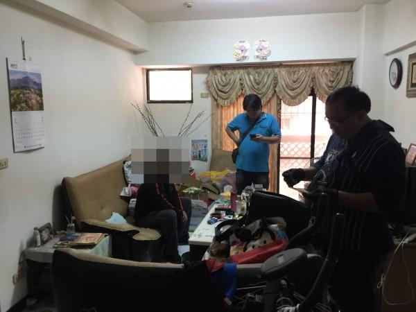 警方前往詐騙集團成員家中搜索。(記者姚岳宏翻攝)